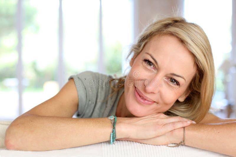 härlig blond isolerad le vit kvinna för stående arkivfoto