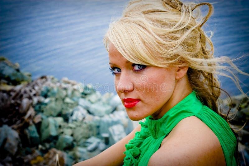 härlig blond kvinna royaltyfria bilder