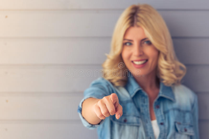 härlig blond kvinna royaltyfria foton