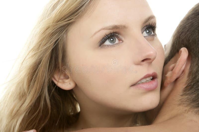 härlig blond kvinna för krammanstående arkivfoto