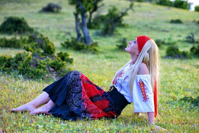 Härlig blond kvinna i gammalmodig klänning royaltyfri fotografi