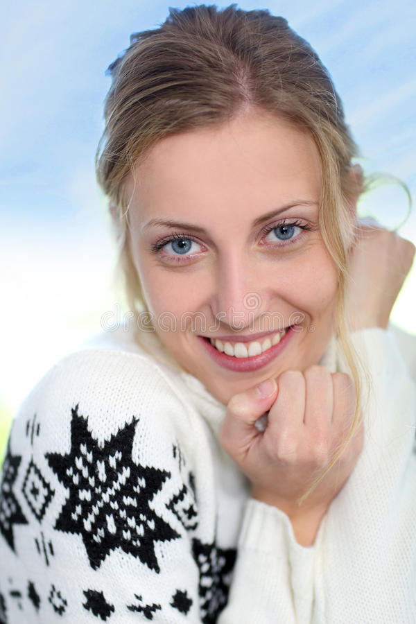Härlig blond kvinna i norsk stiltröja arkivfoton