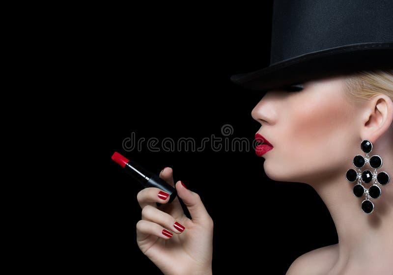 Härlig blond kvinna med cigaretten och röda kanter royaltyfri fotografi