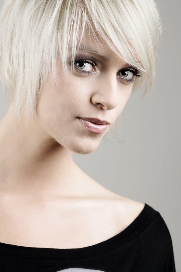 Härlig blond kvinna med ett allvarligt uttryck royaltyfria foton
