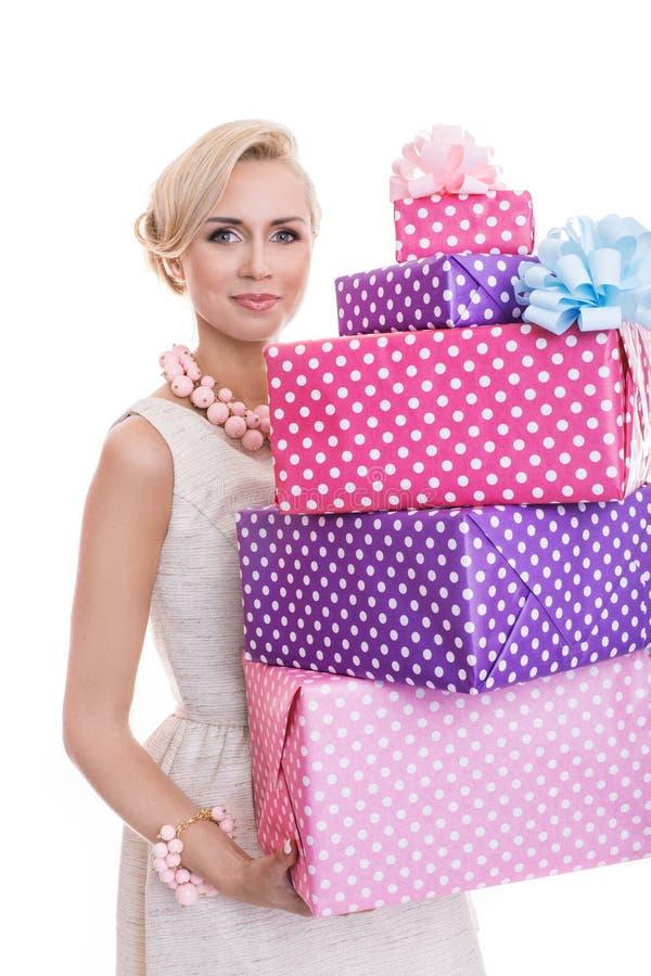 Härlig blond kvinna med färgrika askar för en gåva royaltyfri fotografi