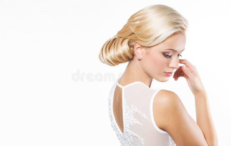 Härlig blond kvinna med frisyren royaltyfri foto