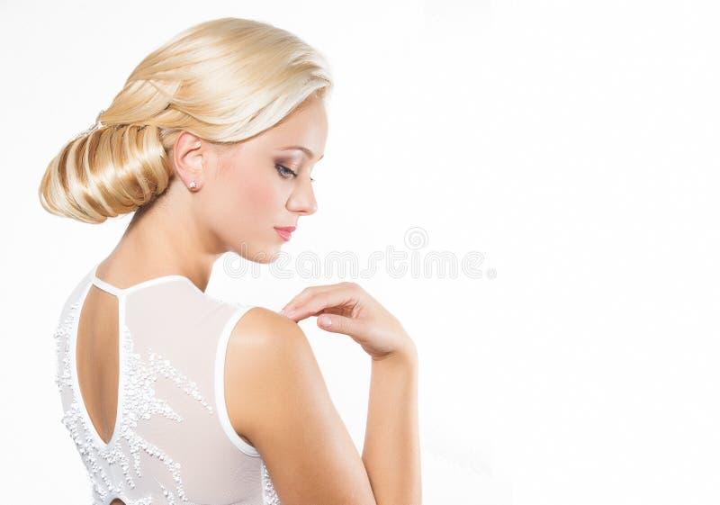 Härlig blond kvinna med frisyren royaltyfria foton
