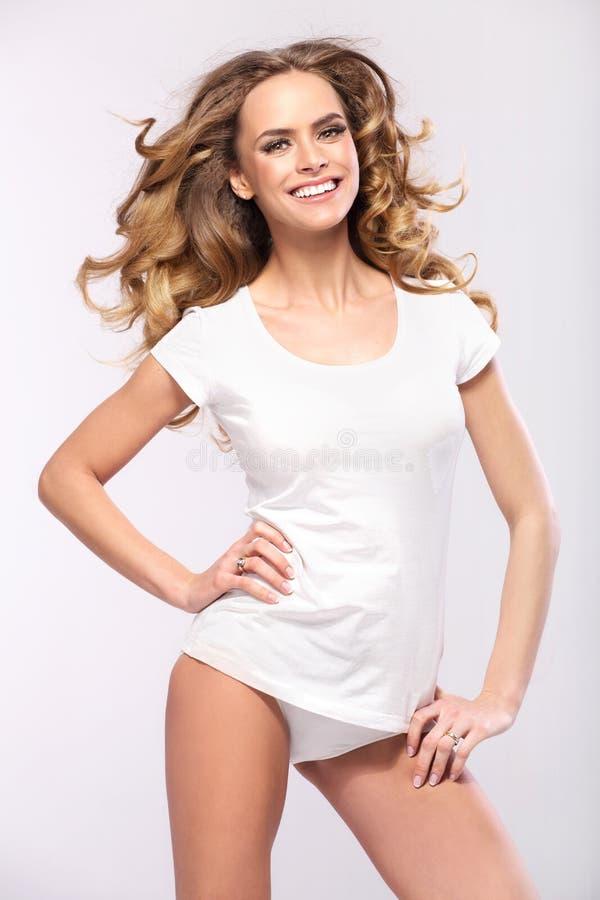 Härlig blond kvinna med gulligt leende royaltyfri foto