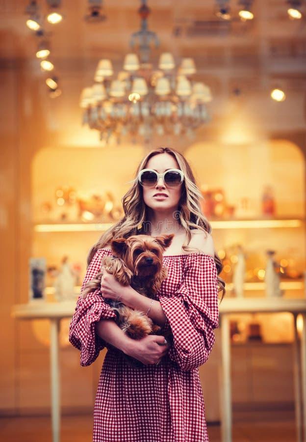 Härlig blond kvinna med hunden arkivfoto
