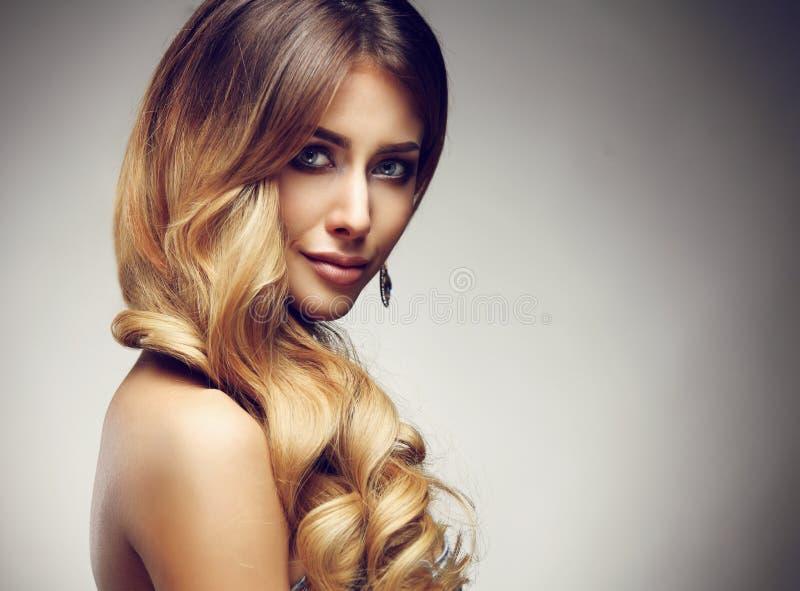Härlig blond kvinna med länge, sunt, rakt och skinande hår royaltyfria foton