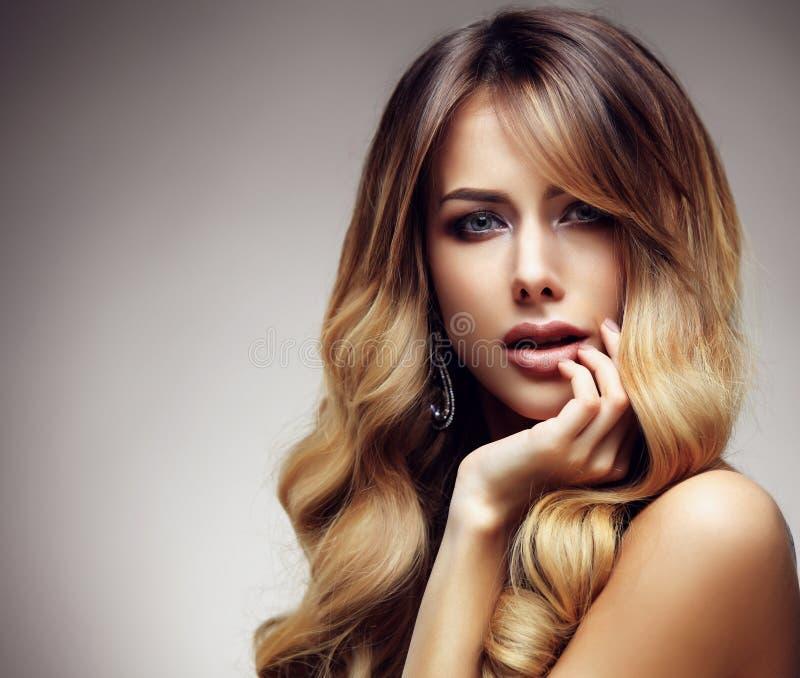 Härlig blond kvinna med länge, sunt, rakt och skinande hår royaltyfri fotografi
