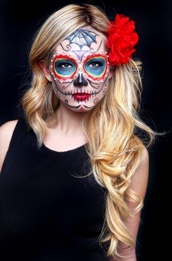 Härlig blond kvinna med målad sockerskallekonst royaltyfria foton