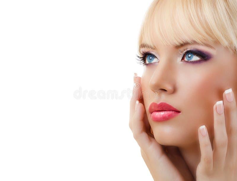 Härlig ung kvinna med manicure- och lilamakeup arkivbilder