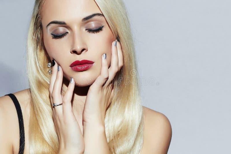 Härlig blond kvinna med manikyr Sexig skönhetflicka Spika designen Smink royaltyfria bilder