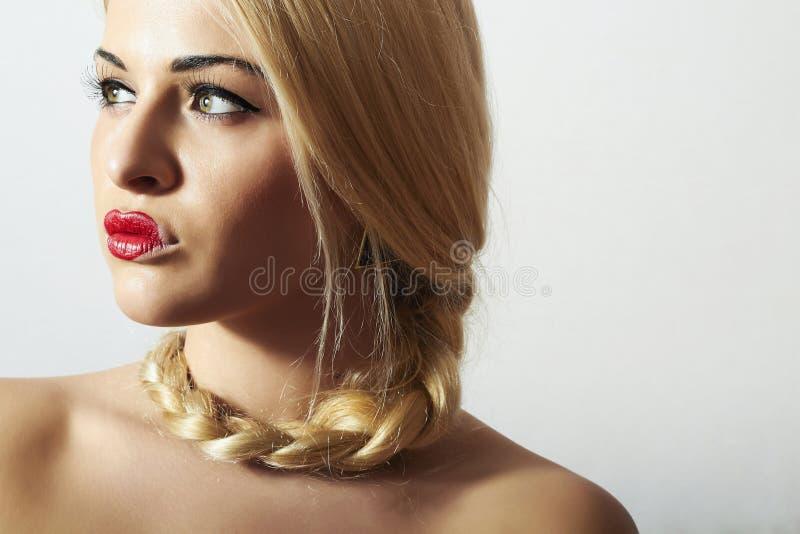 Härlig blond kvinna med rött sexigt Lips.Valentines Day.Professional smink för Tress.Beauty. Onormal flicka med hjärta på kanterna royaltyfria foton