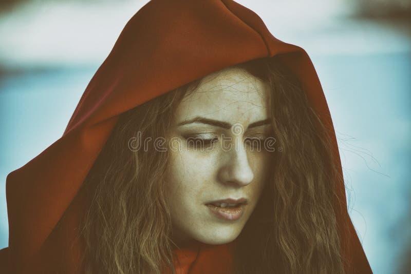 Härlig blond kvinna som poserar i snön fotografering för bildbyråer