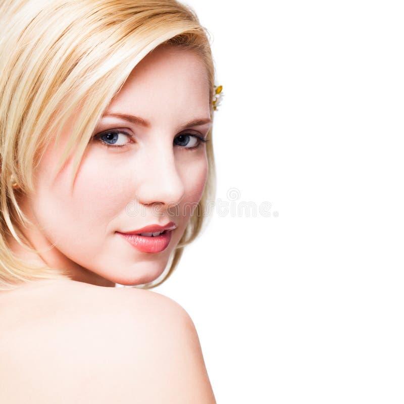Härlig blond kvinna som ser in i kamera royaltyfri bild