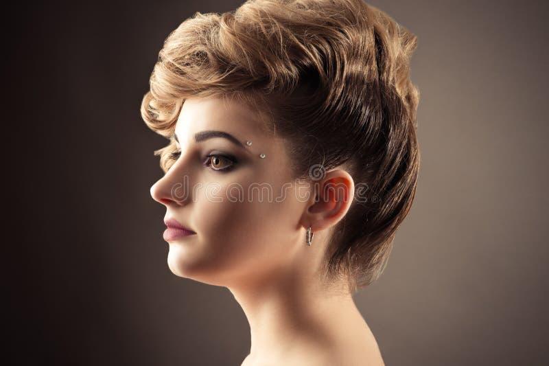 Härlig blond kvinnaframsidaprofil med den trendiga frisyren arkivbilder