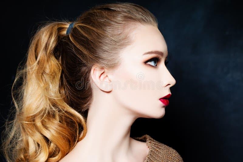 Härlig blond kvinnamodemodell med blont hår profil arkivfoton