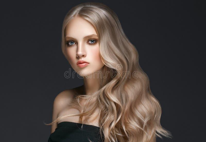 Härlig blond kvinnaskönhetmodell Girl med perfekt makeupove royaltyfri bild