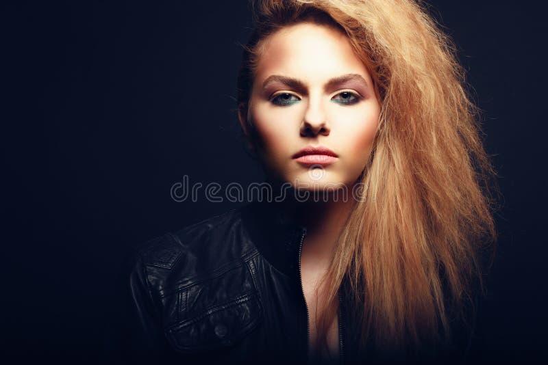 Härlig blond kvinnastående royaltyfri foto