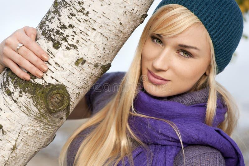 Härlig blond kvinnavår autumstående royaltyfri fotografi
