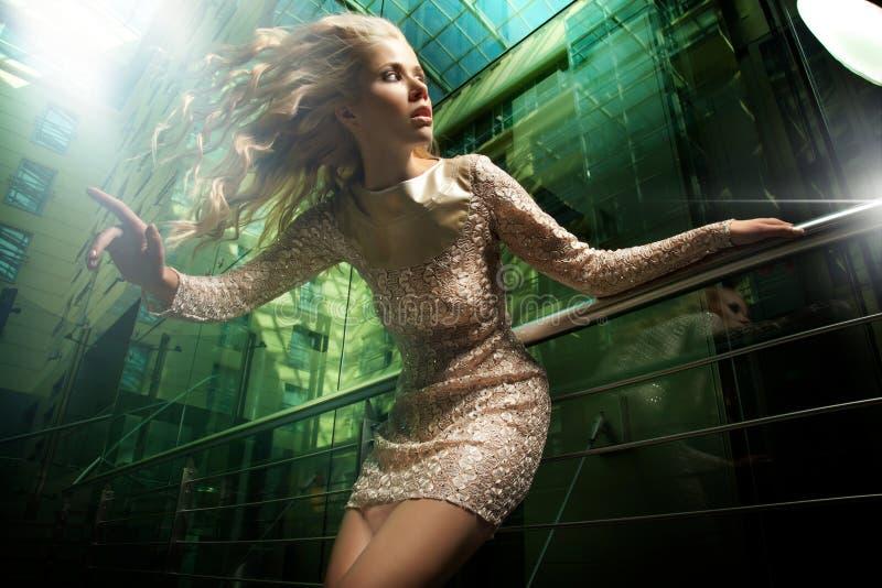 härlig blond lady fotografering för bildbyråer
