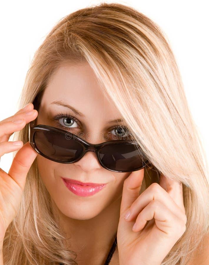 härlig blond lady som ser över solglasögon royaltyfri fotografi