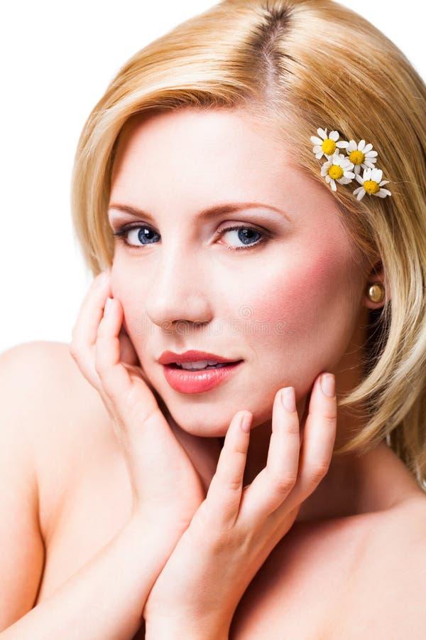Härlig blond le kvinna med blommor i håret fotografering för bildbyråer