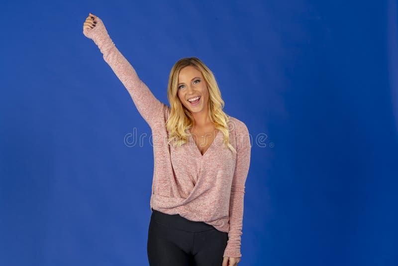 Härlig blond miljö för modellPosing In A studio royaltyfri foto