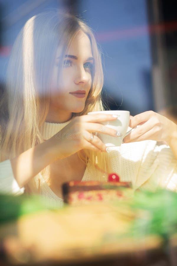 Härlig blond modell som spenderar tid i restaurangen med en cu royaltyfri foto