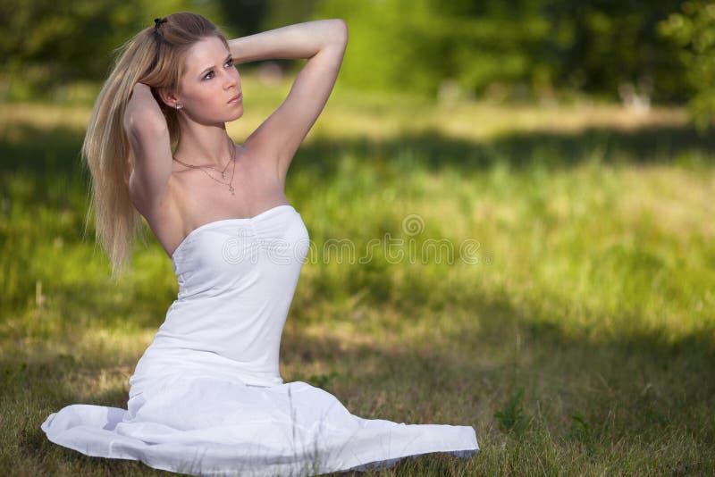 härlig blond parkkvinna royaltyfri fotografi