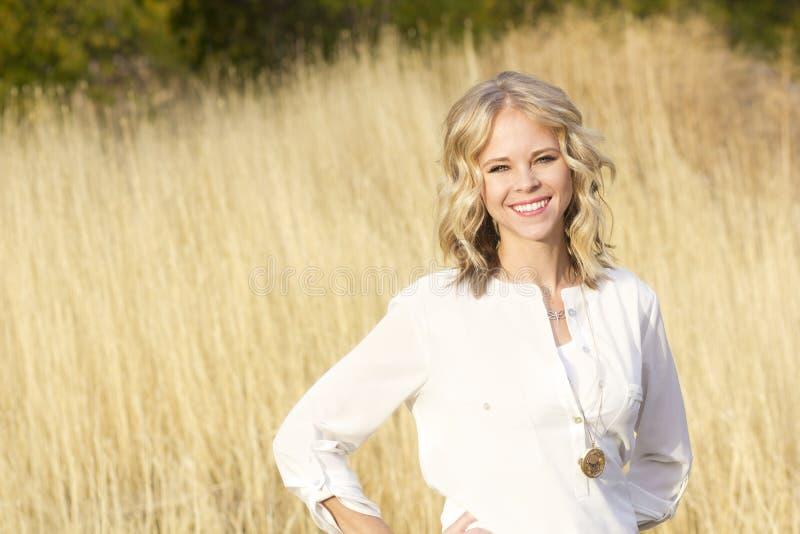 Härlig blond säker kvinnastående royaltyfria foton