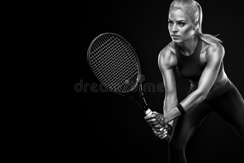 Härlig blond sportkvinnatennisspelare med racket i röd dräkt fotografering för bildbyråer