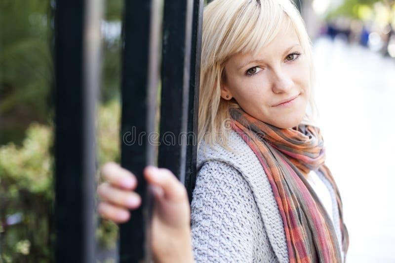 Härlig blond stående