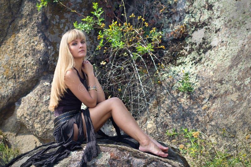 härlig blond stående arkivbilder
