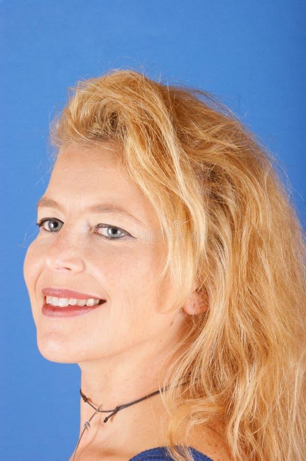 härlig blond ståendekvinna arkivbilder