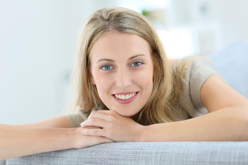 härlig blond ståendekvinna royaltyfri fotografi