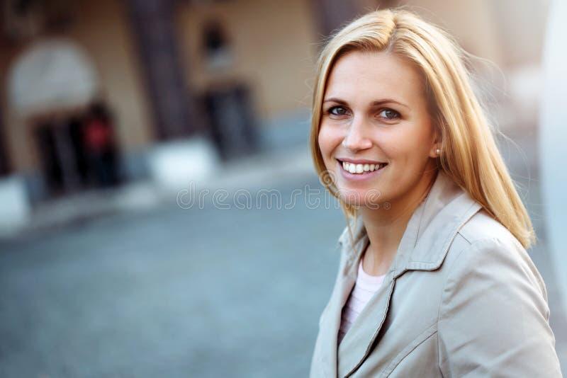 härlig blond tät stående upp kvinna arkivbild