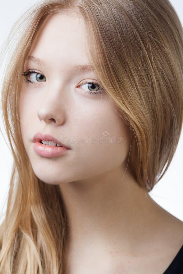 Härlig blond tonårig flickastående arkivfoto