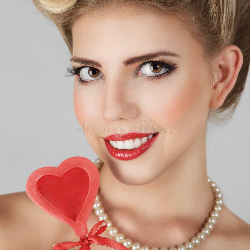 Härlig blond ung kvinna arkivfoton