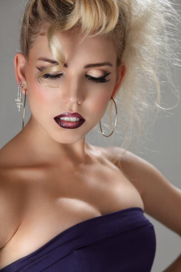 Härlig blond ung kvinna royaltyfri foto