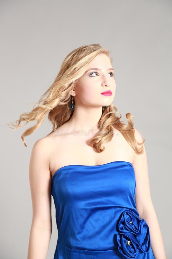 Härlig blond ung kvinna arkivfoto