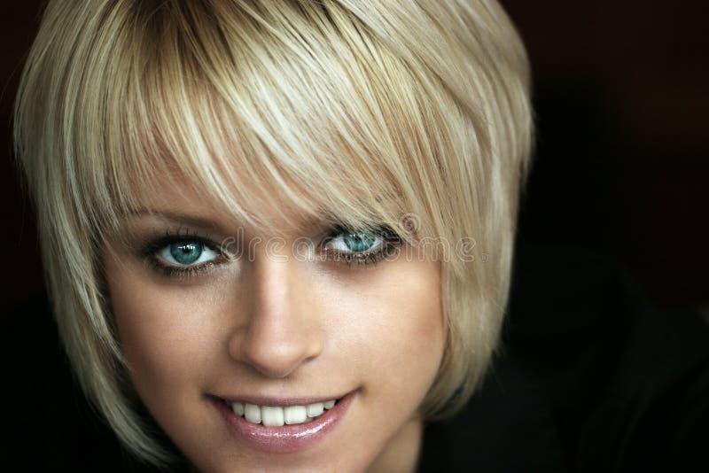 Härlig blondin royaltyfri bild