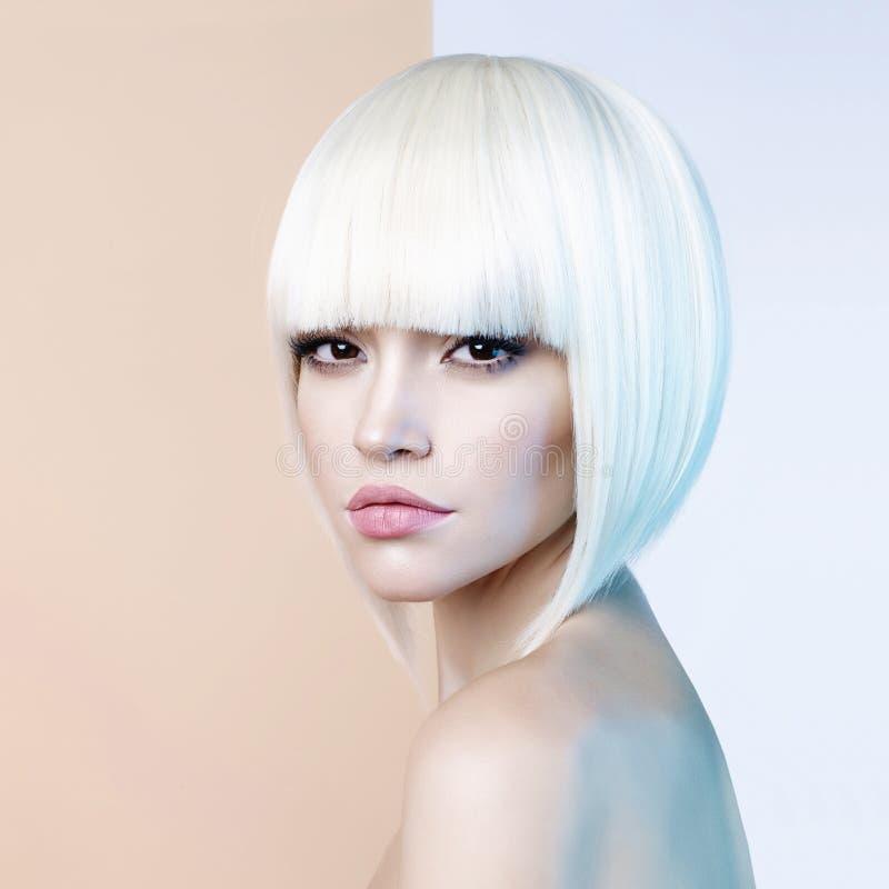 Härlig blondin för mode med kort frisyr arkivfoto