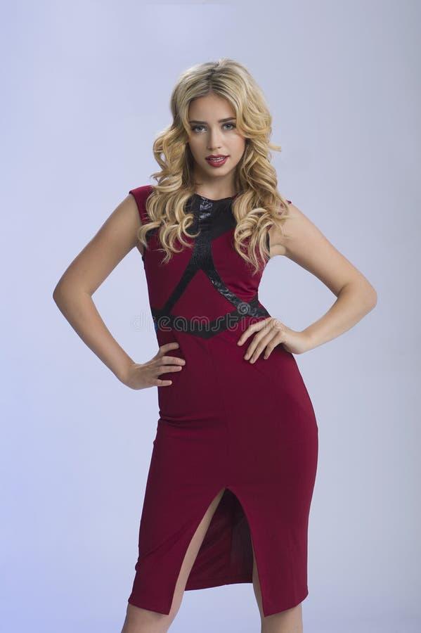 Härlig blondin i rött arkivfoton
