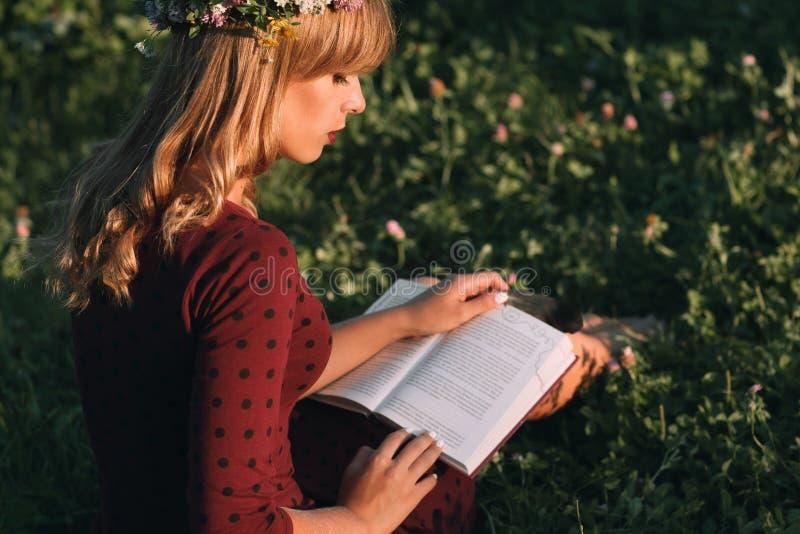 Härlig blondin med bokprofilen, kopieringsutrymme royaltyfri fotografi