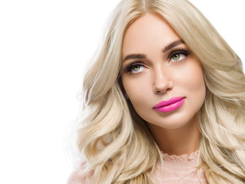Härlig blondin med långa härliga ögonfrans och beautyful sund hud för blont hår och rosa kanter arkivbilder