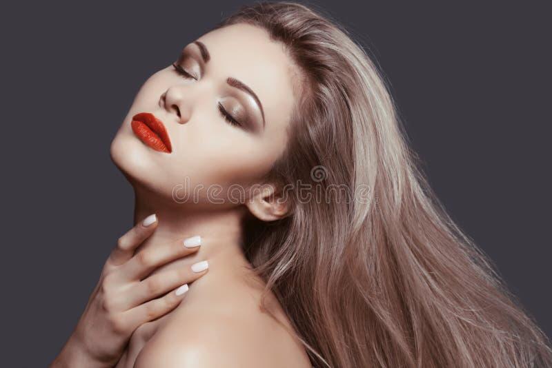 Härlig blondin med perfekt makeup royaltyfria foton