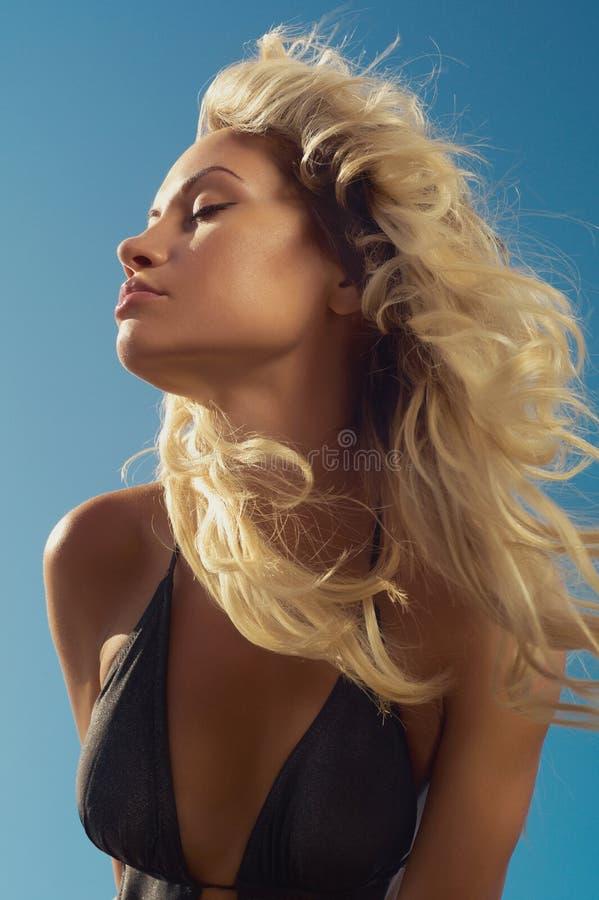 Härlig blondin på havet fotografering för bildbyråer